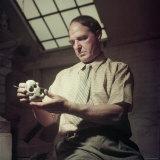 Sculptor Henry Moore Holding a Small Sculpture in His Studio in Much Hadham, England Premium-Fotodruck von Gjon Mili