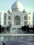 First Lady Jackie Kennedy Standing by Reflecting Pool in Front of Taj Mahal During Visit to India Fotografiskt tryck på högkvalitetspapper av Art Rickerby