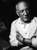 Pablo Picasso with Some of His Paintings in Drawing Room of His Home, Notre Dame de Vie, Alone Premium-Fotodruck von Gjon Mili