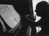 Cellist Pablo Casals at the Piano Studying a Musical Score and Smoking Pipe Premium-Fotodruck von Gjon Mili