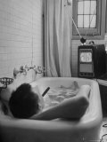 Writer Russell Finch Taking Portable Television Set to Bathroom During His Bath Reproduction photographique sur papier de qualité par George Skadding