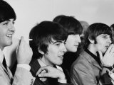 Members of the Beatles During an Interview at Los Angeles International Airport Impressão fotográfica premium por Bill Ray