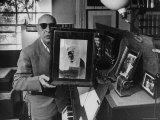 Igor Stravinsky Holding a Negative Image Portrait of Mozart Reprodukcja zdjęcia premium autor Gjon Mili