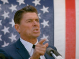 California Gubernatorial Candidate Ronald Reagan Speaking in Front of American Flag Backdrop Photographie par Bill Ray