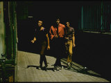 George Chakiris as Bernardo Leads Two Others Into Turf of Rival Gang in West Side Story Premium-Fotodruck von Gjon Mili