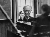Pianist Rudolf Serkin Signifying Approval to Unseen Class He is Conducting Reprodukcja zdjęcia premium autor Gjon Mili