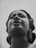 "Egyptian Actress Om Kalthoum, While Singing on Cairo's ""Voice of Arabs"" Radio Show Premium Photographic Print by Howard Sochurek"
