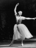 "Soviet Ballerina Galina Ulanova Dancing in Title Role of Ballet ""Giselle"" at the Bolshoi Theater Lámina fotográfica prémium por Howard Sochurek"