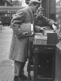 Paul Newman Shopping with His Wife, Joanne Woodward Reproduction photographique sur papier de qualité par Gordon Parks