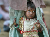 A Displaced Tamil Child Hangs to Her Father's Sarong Photographie par Gemunu Amarasinghe