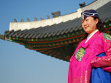 Gyeongbokgung Palace, Woman in Traditional Hanbok Dress, Gwanghwamun, Seoul, South Korea Fotografisk tryk af Anthony Plummer