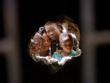 Young Nigerians Peer Through a Hole Fotografisk tryk