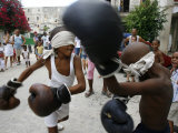 Two Cuban Boys Show Their Boxing Skills Reproduction photographique