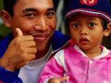 Father and Daughter at Pasar Badung, Denpasar, Indonesia 写真プリント : トム・コックレム