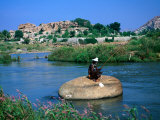 Fisherman on Rock in Tungabhadra River, Hampi, India Lmina fotogrfica por Peter Ptschelinzew