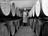 An Employee of the Knockando Whisky Distillery in Scotland, January 1972 Fotografie-Druck