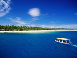 Boat in Lagoon, Plantation Island Resort, Fiji Fotografie-Druck von Peter Hendrie