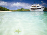 Blue Lagoon Cruises Ship and Starfish in Water, Fiji Fotografisk tryk af Peter Hendrie