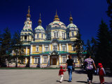 Family walking outside Zenkov Cathedral in Panfilov Park, Almaty, Kazakhstan Lmina fotogrfica por Anthony Plummer