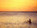 Pao-Pao Boat on the Water at Sunset, Vaisala Beach, Samoa 写真プリント : トム・コックレム