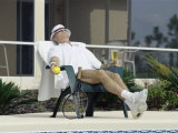 Man Relaxing with a Beer After His Tennis Match Impresso fotogrfica