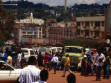 People and Traffic on Busy Street, Kampala, Uganda Fotografisk tryk af Johnson Dennis