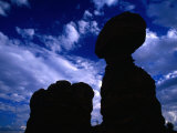 Hiker Dwarfed by Balanced Rock, Arches National Park, Utah, USA Photographie par Gareth McCormack