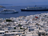 Cruise Ships Passing Houses of Town, Mykonos Town, Greece Photographie par Wayne Walton