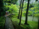 Visitors Stroll Down a Stone Path in a Japanese Garden Fotografisk tryk af Paul Chesley