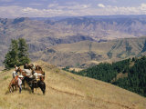 A Group of Horseback-Riding Tourists Take in the View of Hells Canyon Fotografisk trykk av Richard Nowitz