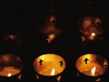 Votives Burn in a Darkened Church in Santa Fe Fotografisk tryk af Raul Touzon