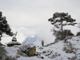 A Member of the Mount Everest Expedition Stands Near a Stone Pagoda Valokuvavedos tekijänä Barry Bishop