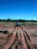 Landrover Driving Over Dry River Bed, Matusadona National Park, Mashonaland West, Zimbabwe Fotografisk tryk af Tony Wheeler