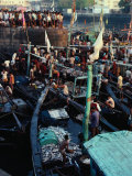 Boats and People in Sassoon Dock, Mumbai, Maharashtra, India Photographie par Tony Wheeler