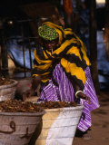 Local Woman Setting Up to Sell Dried Fish in Mopti Harbour, Mopti, Mali Fotografisk tryk af Patrick Syder
