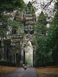 Visitors Enter the Angkor Wat Complex Through a Magnificent Gate Photographie par Steve Raymer