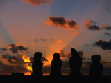 Sunset over Ahu Vai Uri at the Tahai Ceremonial Complex, Hanga Roa, Chile Lámina fotográfica por Brent Winebrenner