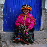 Portrait of Local Woman in Colourful Clothes, Pisac, Peru Fotografie-Druck von Wes Walker