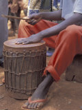 Playing a Congolese Drum in a Congolese Refugee Camp, Tanzania Fotografie-Druck von Kristin Mosher