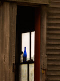 Old Blue Bottle in Window of Barn in Rural New England, Maine, USA Photographie par Joanne Wells