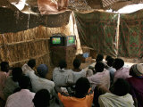 Sudanese Refugees Watch a World Cup Soccer Mach at the Zamzam Refugee Camp Fotografisk tryk
