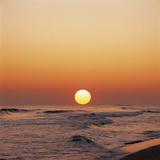 Yellow Sun in Sunset Over Ocean Waves Reprodukcja zdjęcia