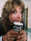 Black Sabbath Singer Ozzy Osbourne Enjoying a Drink Form His Personalised Mug at His Home in 1988 Fotografisk tryk