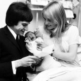Ray Davis Lead Singer of the Kinks with His Wife Rosa and Newly Born Baby Louise Clara, May 1966 Lámina fotográfica