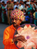 Rajastani Musician Playing Drum During Elephant Festival Parade, Jaipur, India Fotografisk tryk af Paul Beinssen