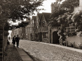 Couple Walking Down a Quiet Cobbled Road in Rye Sussex Reproduction photographique