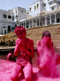 Boys Purify Themselves with Pink Powder During Holi Festival, Pushkar, India Fotografisk tryk af Paul Beinssen