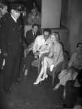 Marilyn Monroe with Arthur Miller at London Airport and Vivien Leigh, July 1956 Photographie