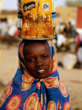 Girl in Colourful Wrap Balancing Paint Tin on Head, Agadez, Niger Fotografisk tryk af Pershouse Craig