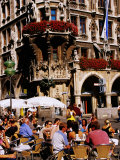 Open-Air Cafe on Marienplatz Beside Neues Rathaus (New Town Hall), Munich, Germany Reproduction photographique par Krzysztof Dydynski